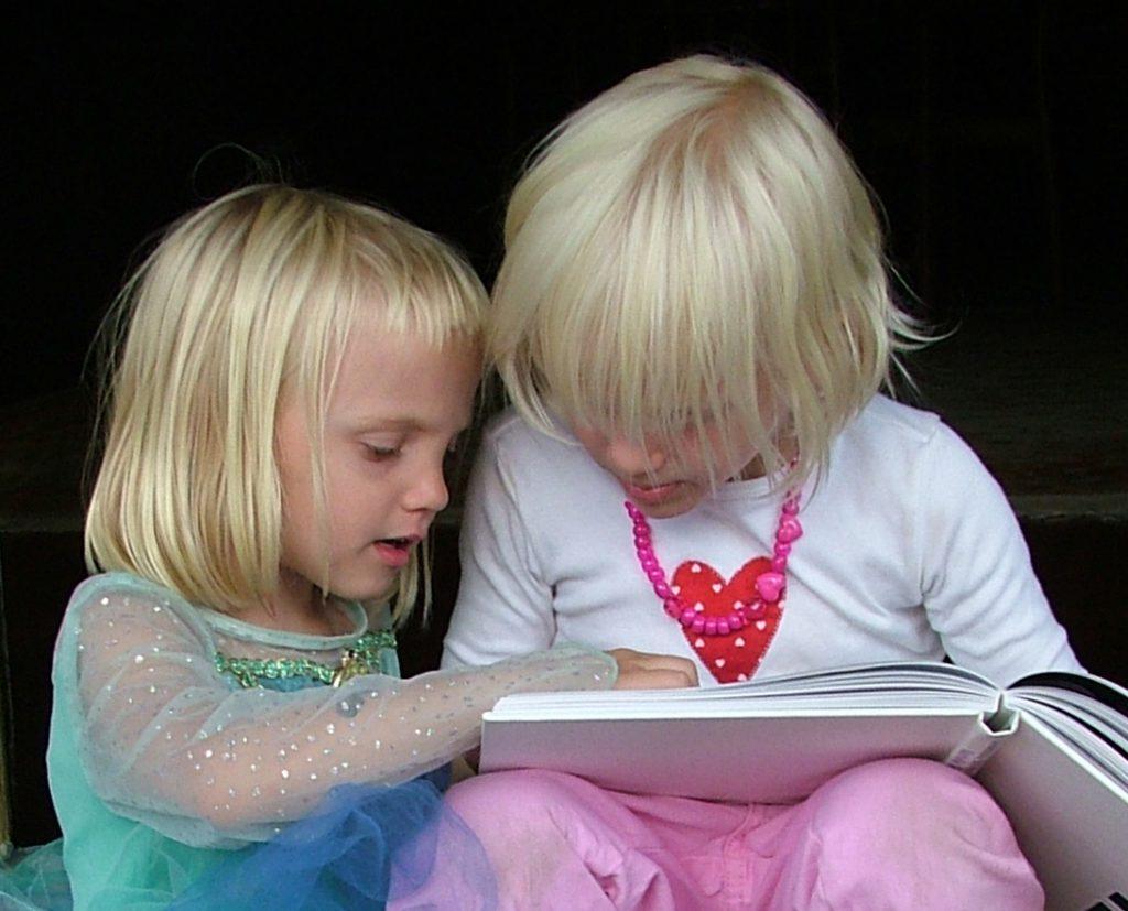 jonge kinderen lezen en bekijken samen een boek voor een kansrijke start