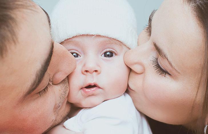 voor een kansrijke start; vader en moeder kussen hun pasgeboren kind